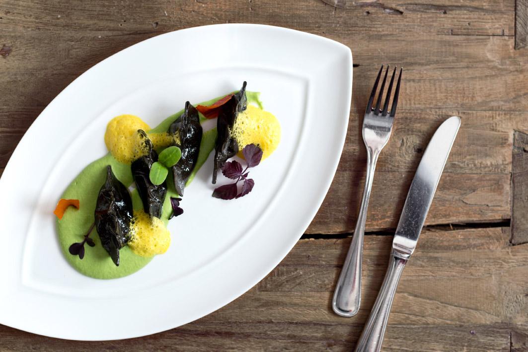schwarze ravioli mit safranschaum