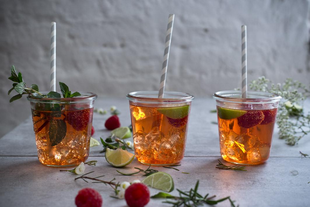 cocktail mit aperol und rhabarber