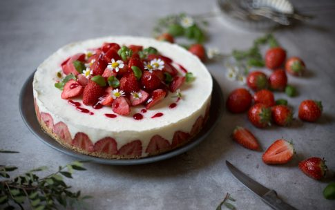 Frozen Yogurt Eistorte mit Erdbeeren