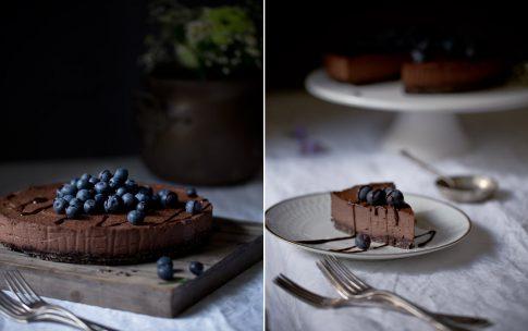 Raw Chocolate Cheesecake mit Blaubeeren und Schokosoße.