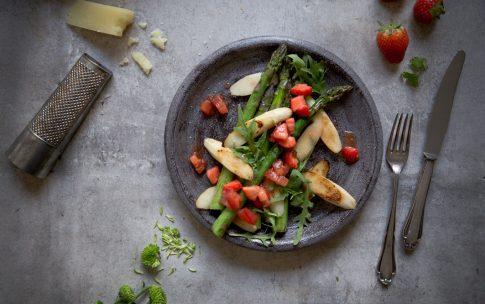 Gebratener Spargel mit Tomaten-Erdbeer-Chutney.