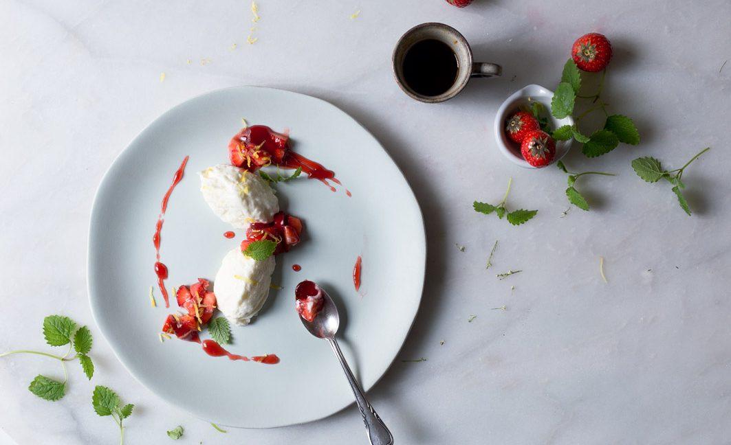 Zitronen-Buttermilchmousse mit Erdbeeren.