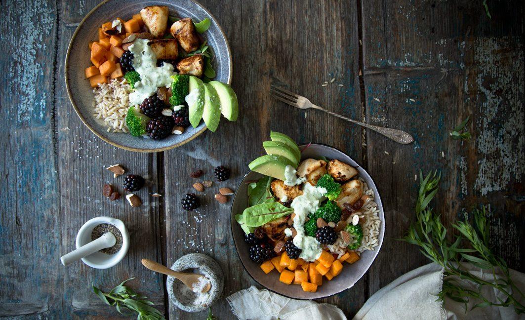 Lunch Bowl mit Avocado, Süßkartoffel und Hühnchen.