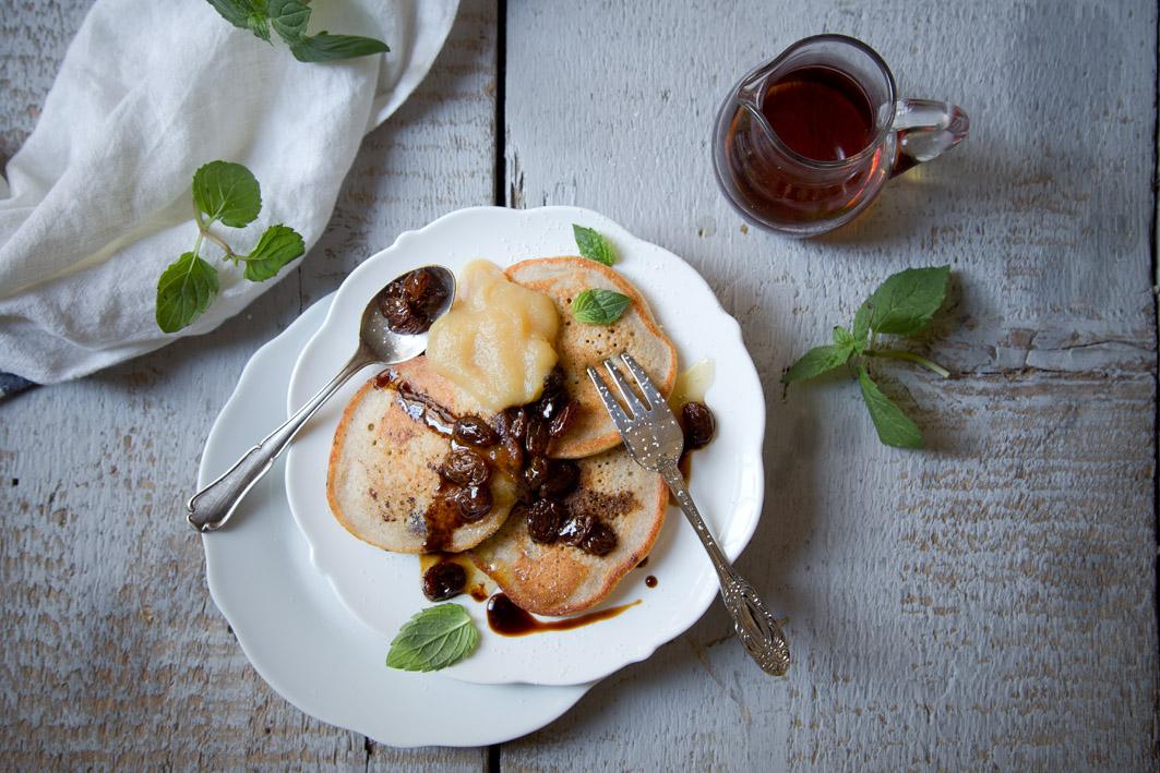 pancakes mit rosinen und ahornsirup