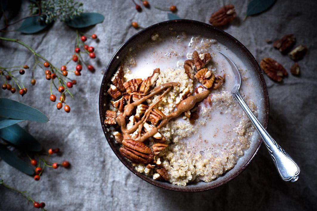 gekochter quinoa mit mandelmus