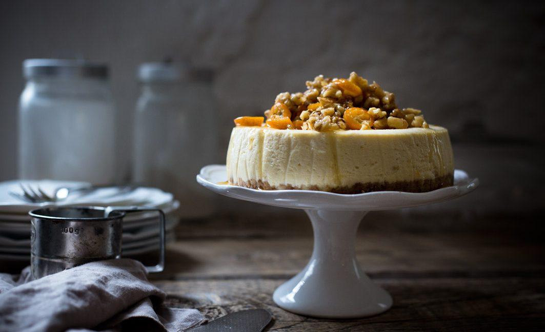 Herbstlicher Cheesecake mit Walnüssen und Ahornsirup.