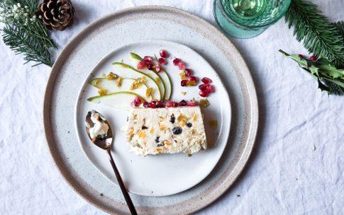 Tonkabohnen-Parfait mit kandierten Früchten.