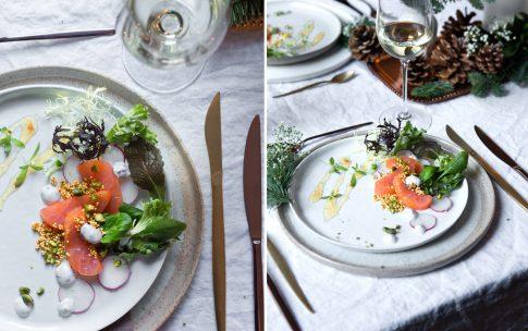 Geräucherter Lachs mit Wildkräutersalat.