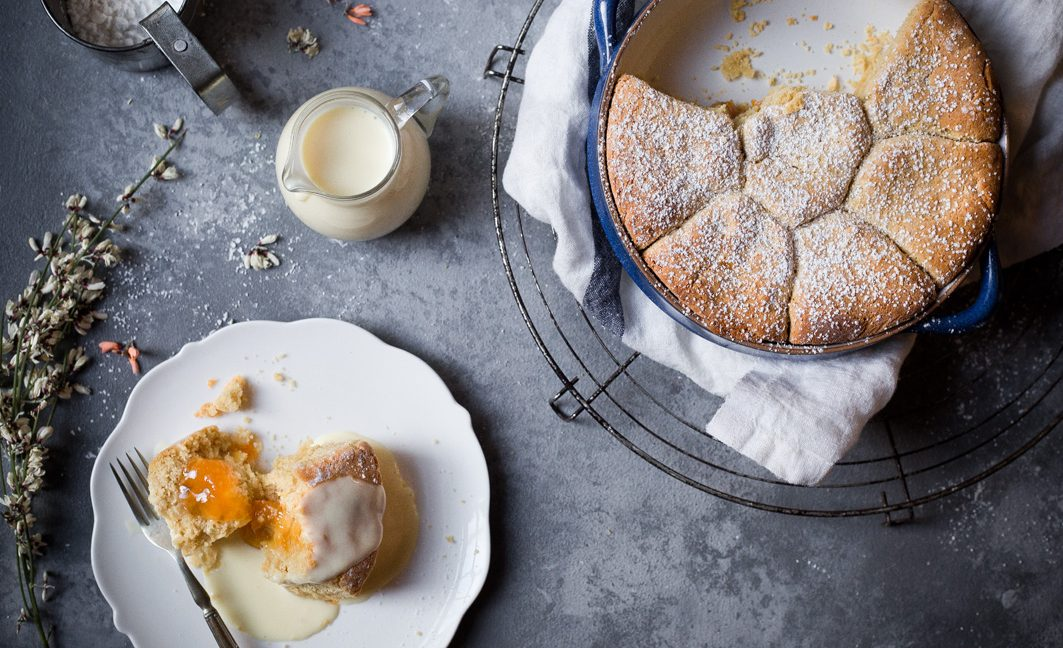 Warme Buchteln mit Aprikosenfüllung und Vanillesauce.