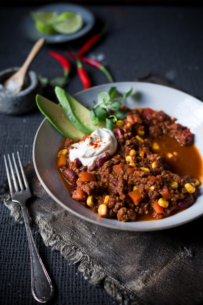 Chili con Carne mit Avocado und Sour Cream