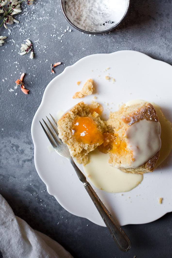 Gefüllte buchteln mit Aprikosenmarmelade und Vanillesauce