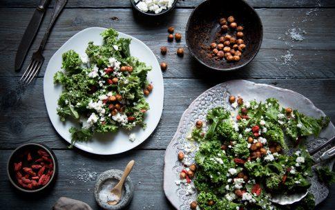 Grünkohlsalat mit Avocadocreme-Dressing und knusprigen Kichererbsen.