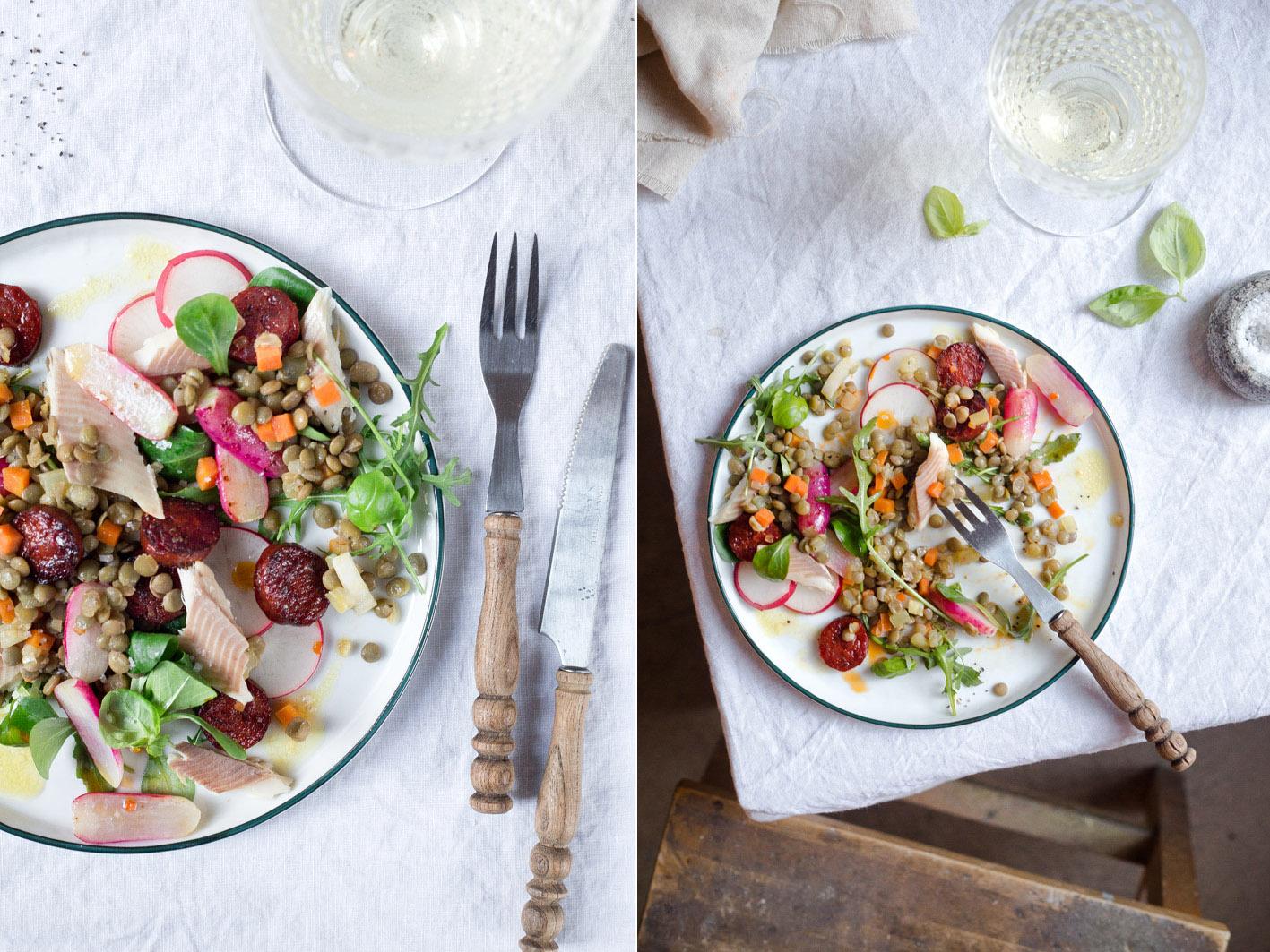 Salat mit Linsen und Forelle und gebratener Chorizo
