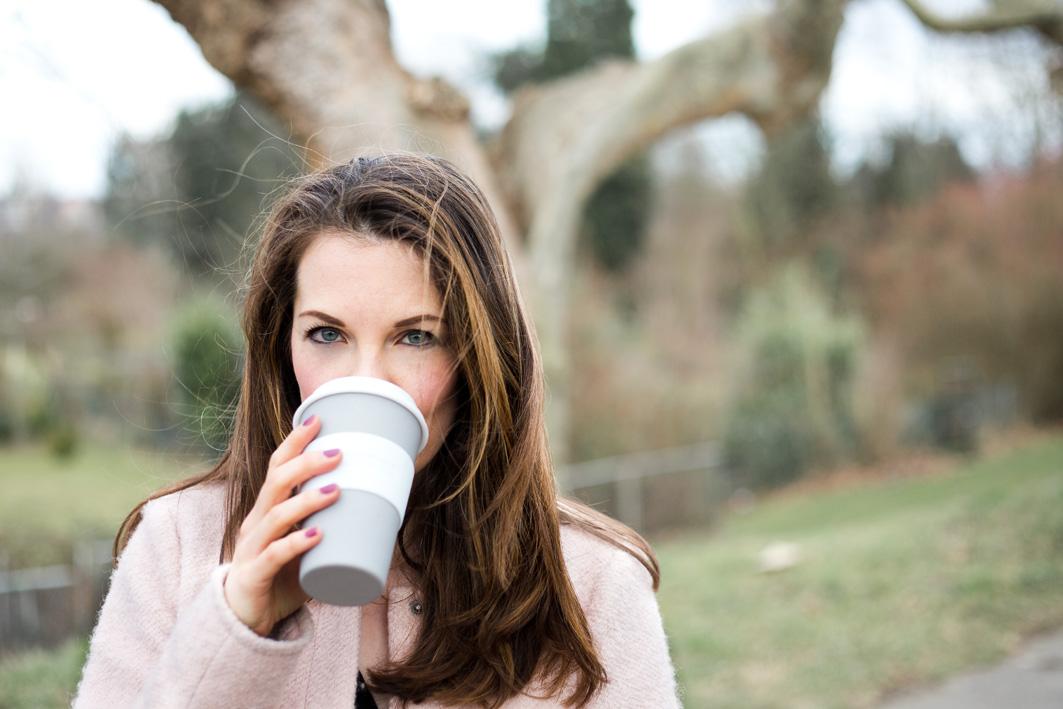 Denise von Foodlovin mit Kaffee