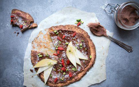 Süße Pizza mit Schoko-Creme und knusprigem Nussboden.