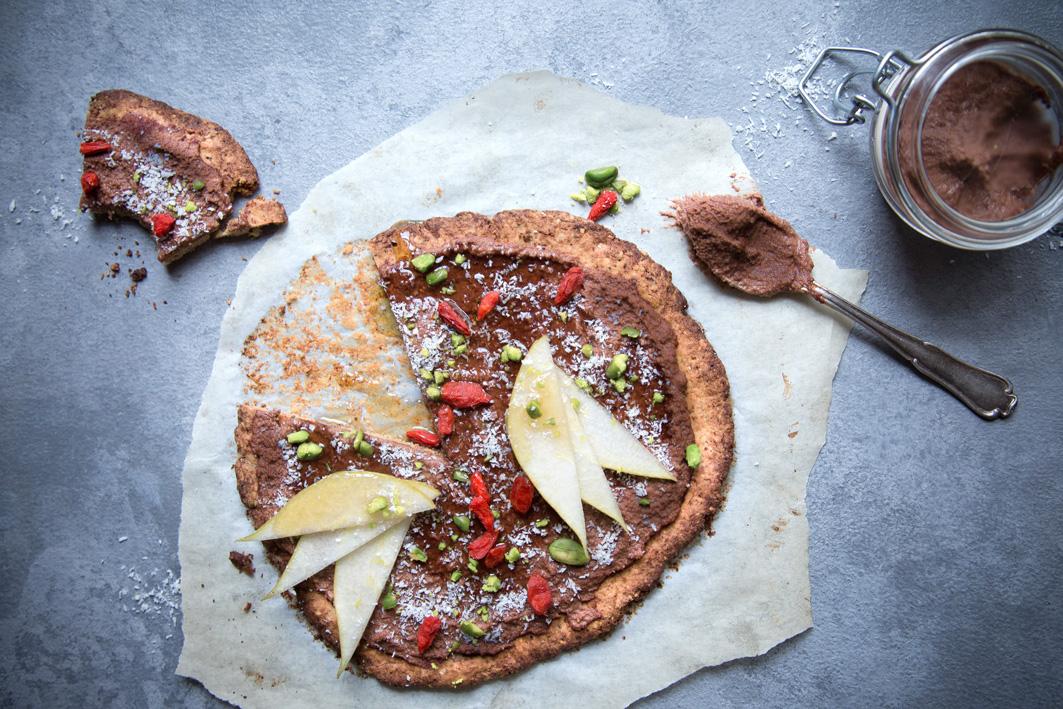 Süße Pizza mit Schokoladencreme und knusprigem Nussboden