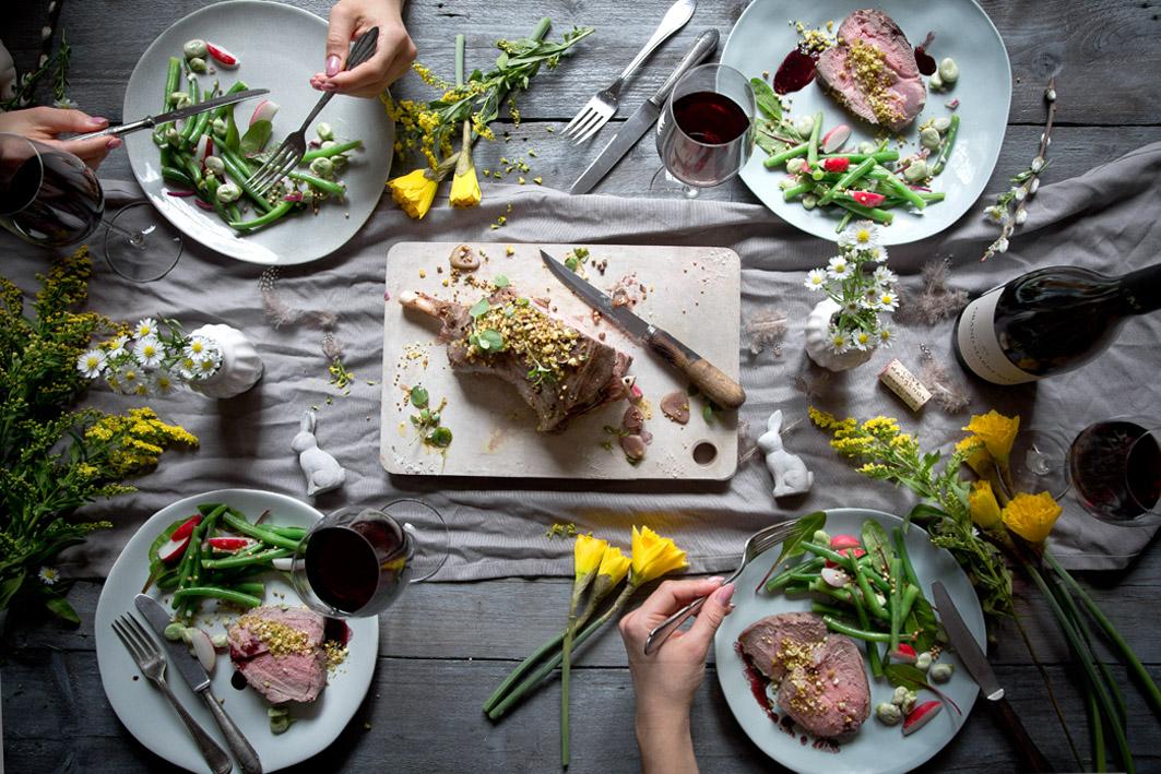 Ostermenü mit Lammkeule und Bohnensalat