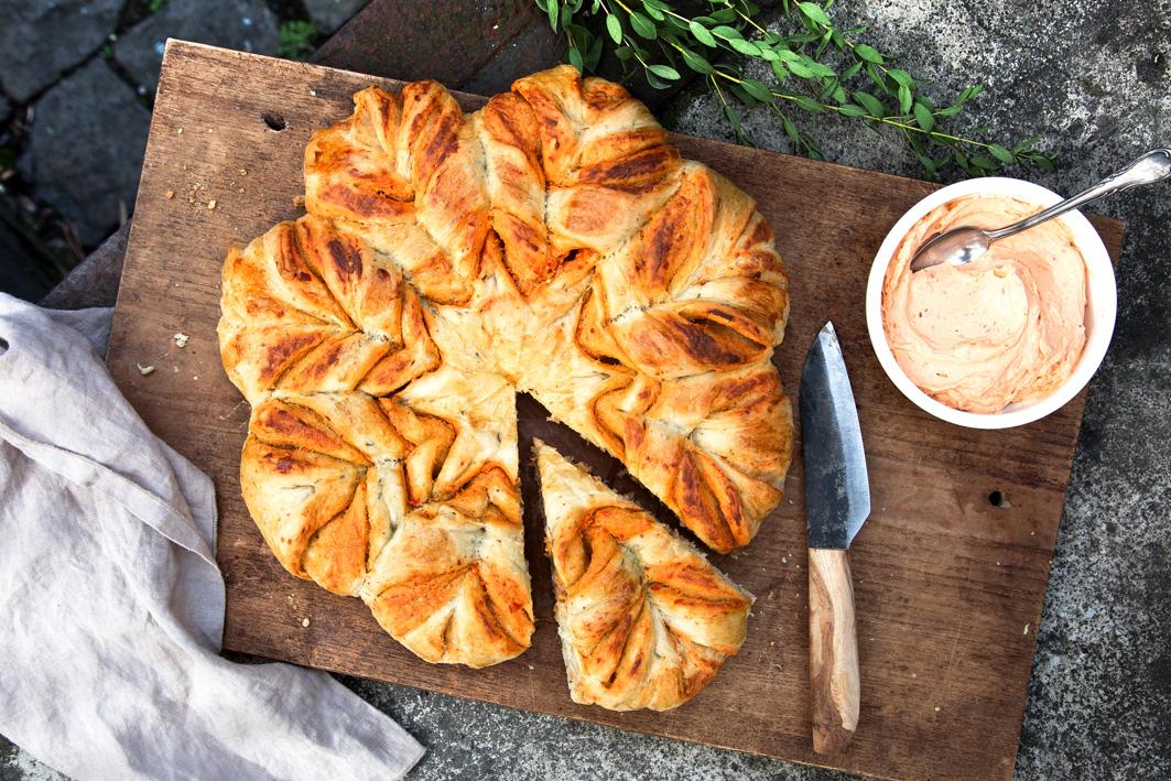 Brotblume mit Paprika-Frischkäse