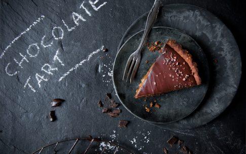 Vegane Schokoladentarte mit Dattel-Salzkaramell.