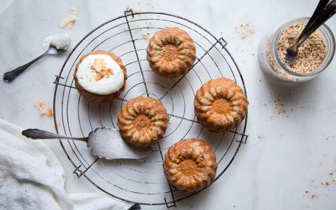 Kleine Carrot Cakes mit griechischem Joghurt.