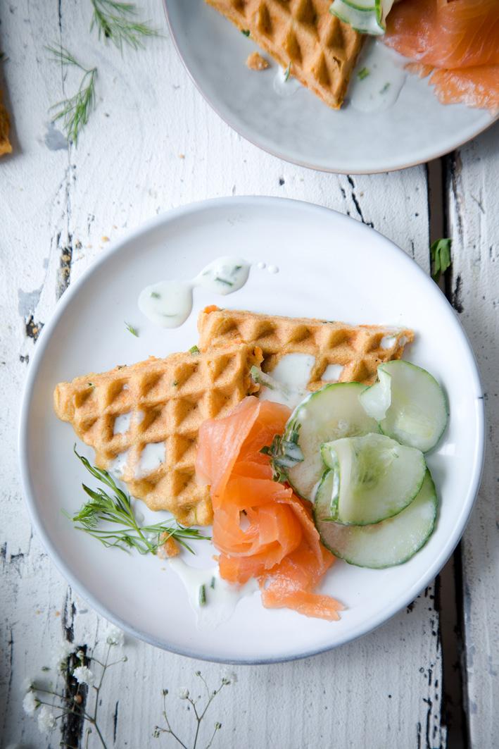Herzhafte Waffeln mit Lachs und Gurkensalat