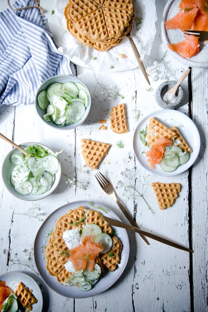 Herzhafte Möhrenwaffeln mit Gurkensalat und geräuchertem Lachs