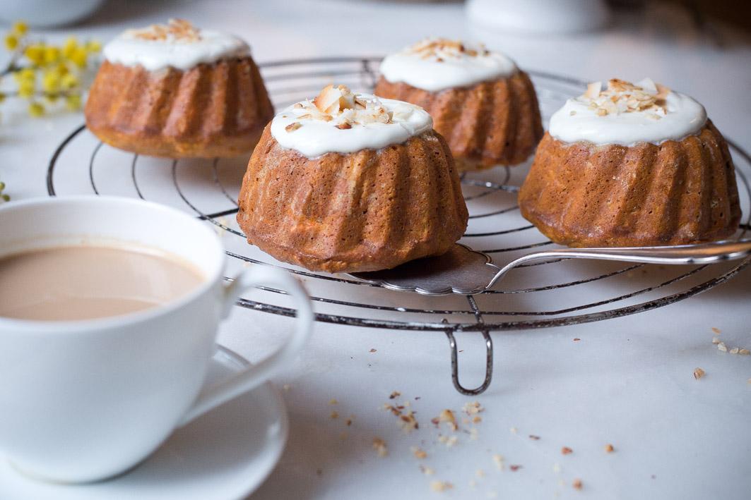 Kleine Möhrenkuchen mit Joghurt