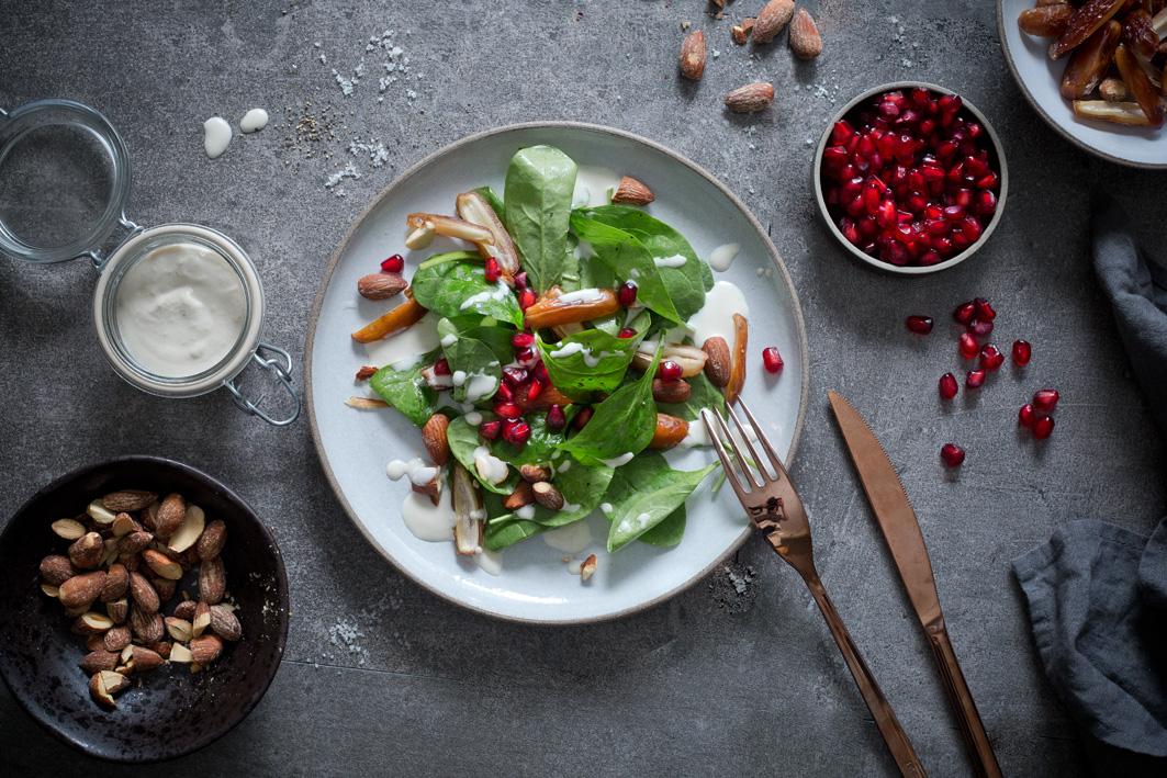 Israelischer Spinatsalat mit Tahini und Mandeln