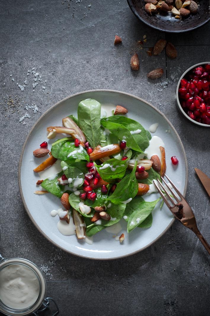 Israelischer Spinatsalat mit Tahini Dressing, Granatapfel und Mandeln