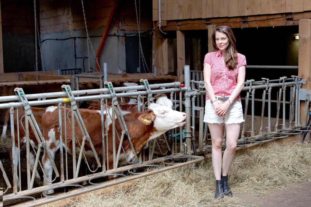 Denise im Kuhstall