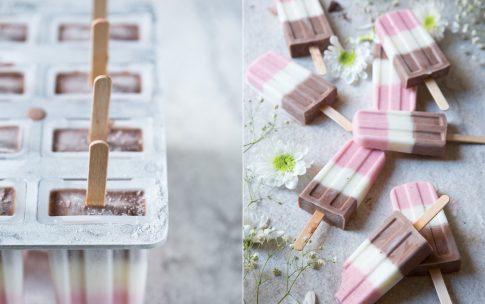 Schoko-Vanille-Erdbeer Eis am Stiel – Popsicles Fürst Pückler Style.