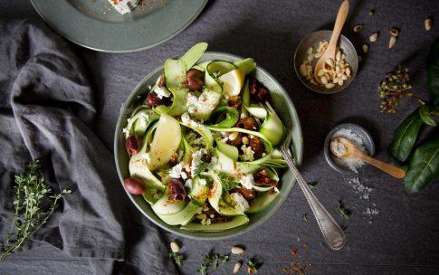 Ruck Zuck Roher Zucchinisalat mit Oliven und Feta.