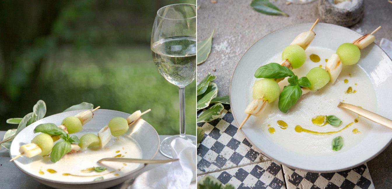 Weiße Spargelsuppe mit Melonenspieß und Basilikumöl.