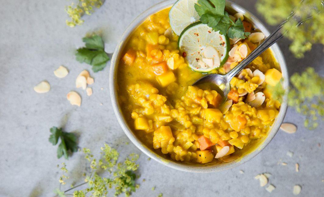 Gelbe Linsensuppe mit Mango und Süßkartoffeln.