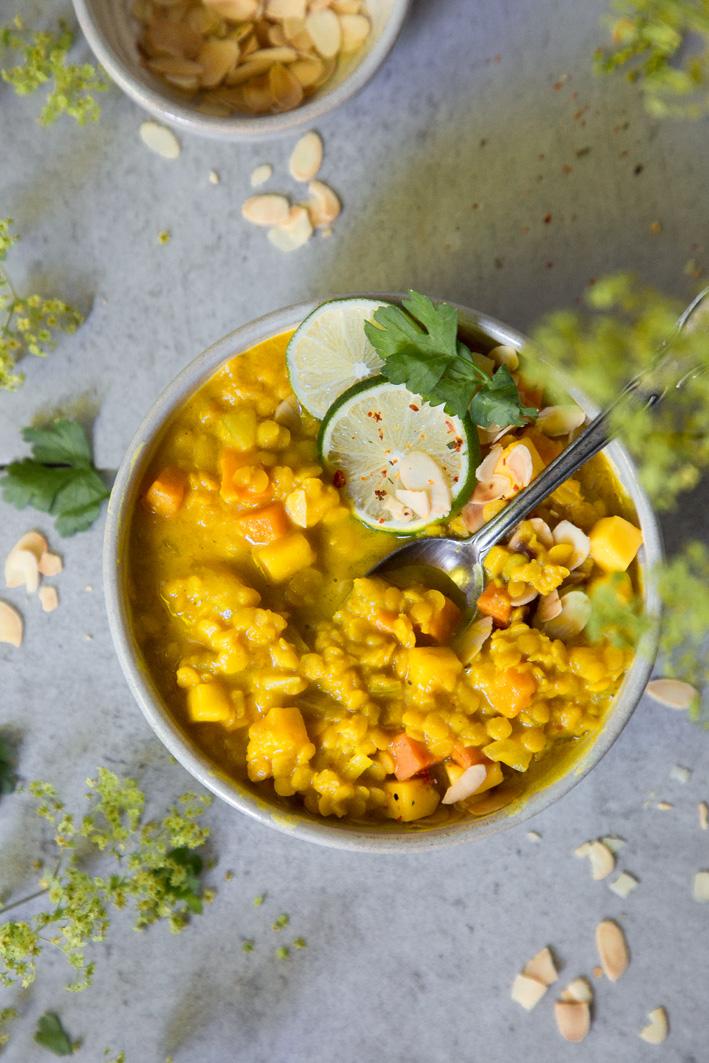 Mango-Linsensuppe mit Curry und Süßkartoffeln