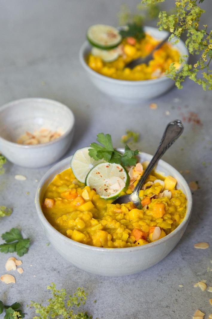 Gelbe Linsensuppe mit Mango und Curry