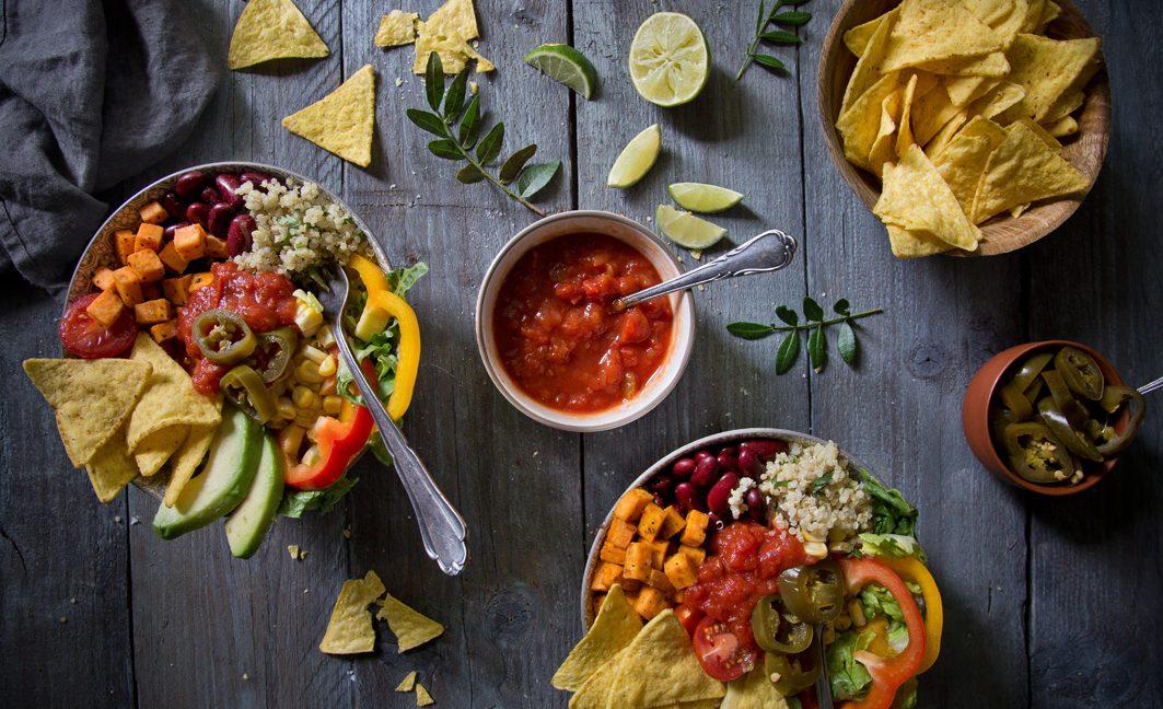 Taco Bowl mit knusprigen Tortilla Chips, Avocado und Süßkartoffeln.