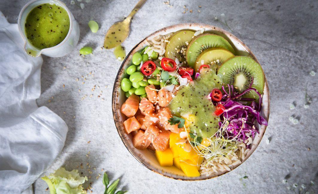 Poké Bowl mit Lachs und Kiwi Dip
