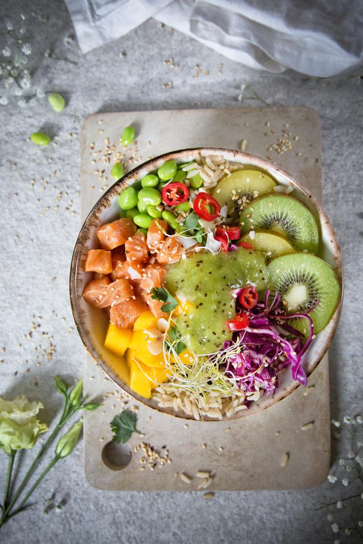 Bunte Poke Bowl mit mariniertem Lachs, Mango und Kiwi Dip