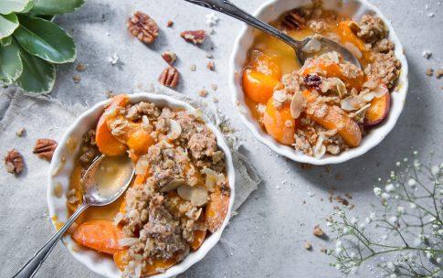 Knusprige kleine Crumbles mit Aprikosen und Pekannüssen.