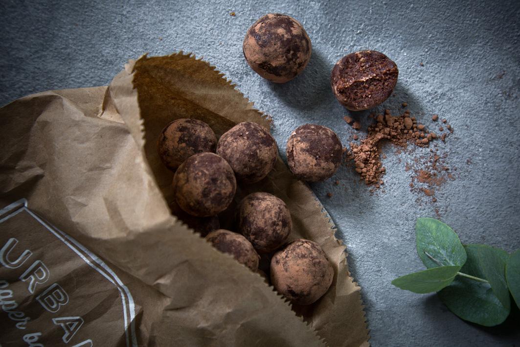 Brownie Bites aus Datteln und Haselnüssen
