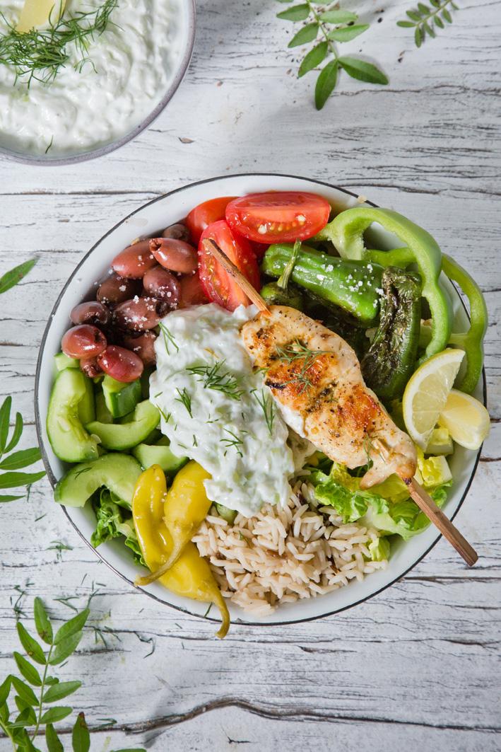 Griechische Tsatsiki Bowl mit Hühnchenspieß