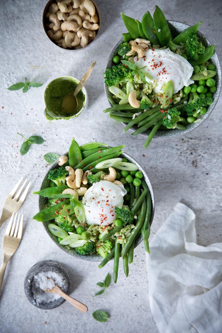 Grüne Reisbowl mit pochiertem Ei und grünem Gemüse