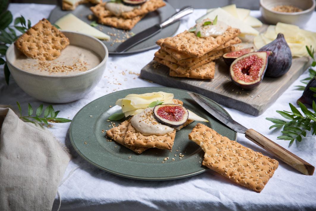 Glutenfreies Knäckebrot mit Sesamdip