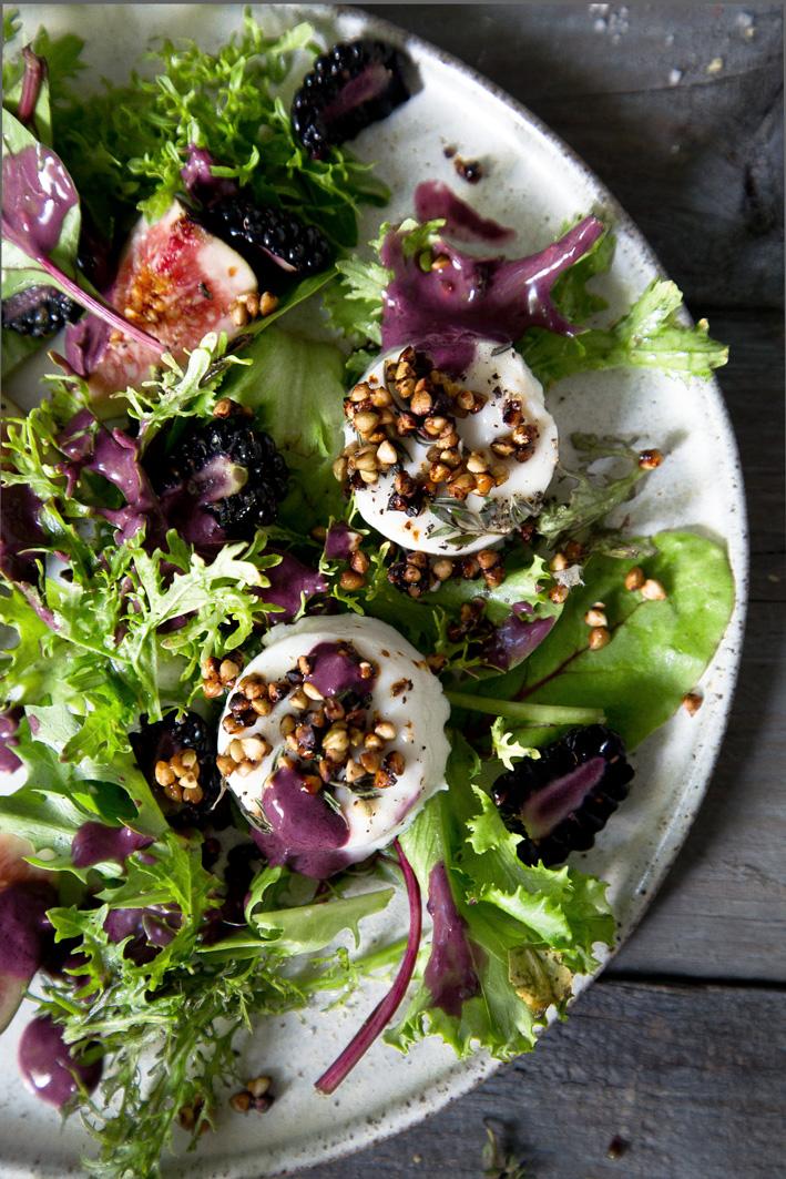 Salat mit Brombeer-Dressing und gebackenem Ziegenkäse