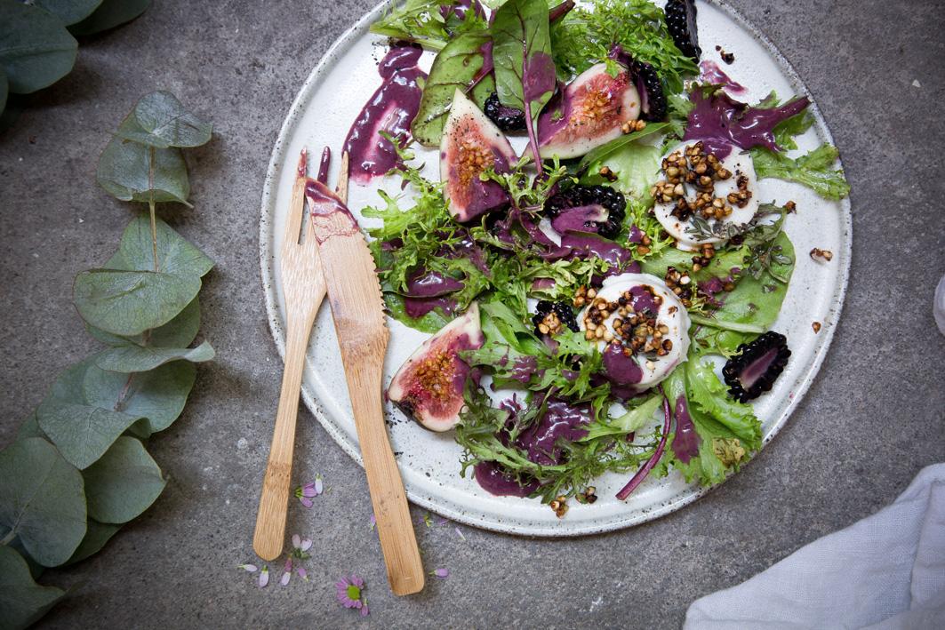 Sommerlicher Salat mit Brombeerdressing und Ziegenkäse
