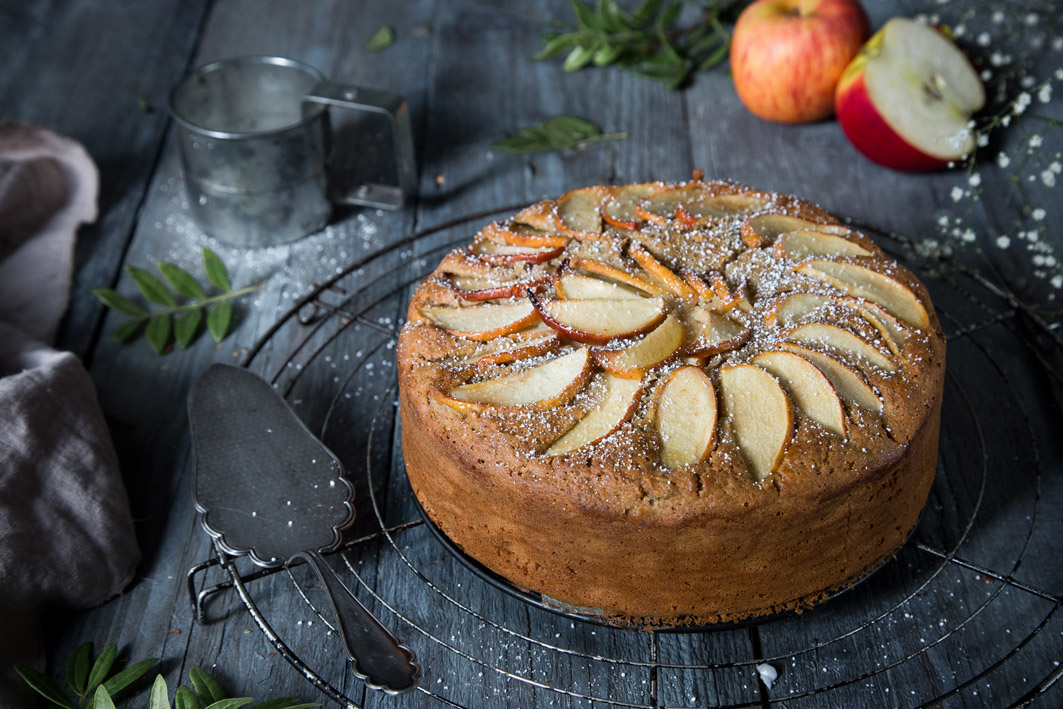 Gesunder Apfelkuchen mit Puderzucker bestäubt