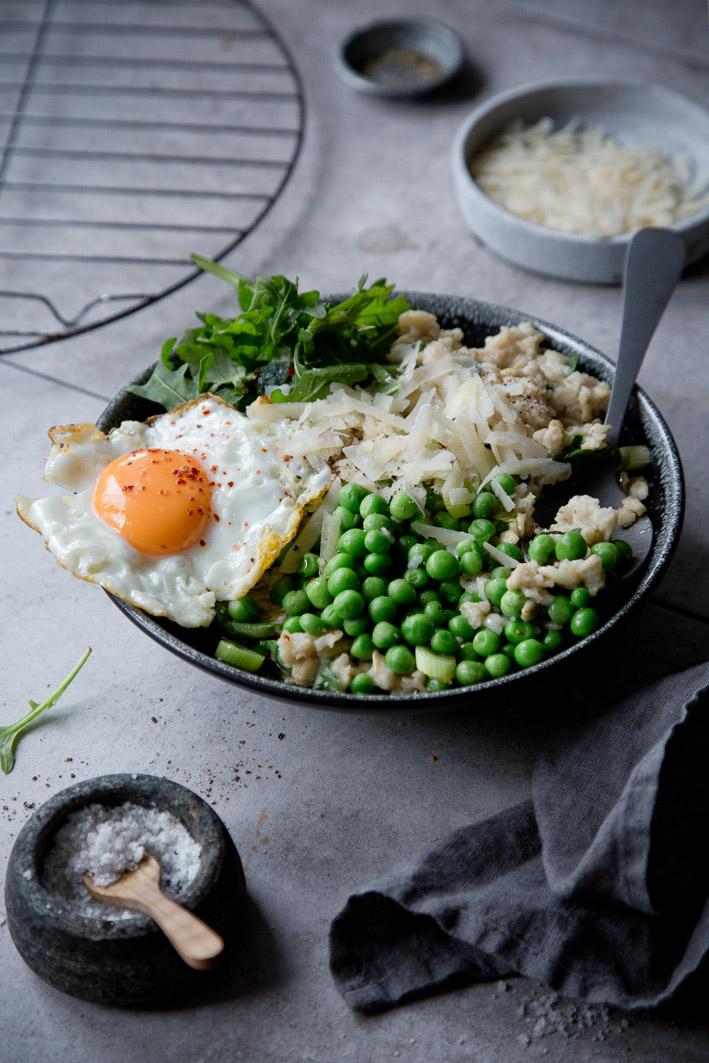 Herzhafter Porridge mit Ei und Gemüse