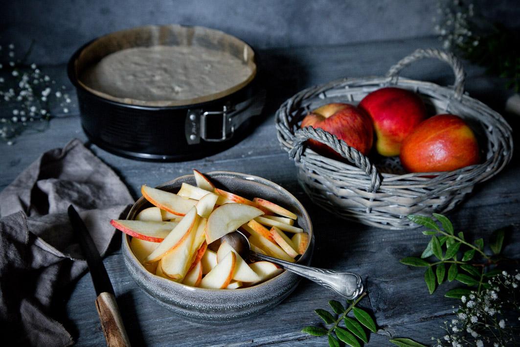 Teig und Äpfel für gesunden Apfelkuchen