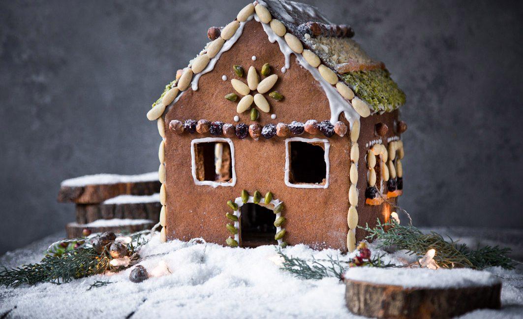 Gesundes Lebkuchenhaus mit Nüssen.